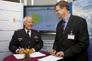 DFV-Präsident Hans-Peter Kröger (links) und DWD-Präsident Prof. Dr. Gerhard Adrian unterzeichnen einen Kooperationsvertrag.