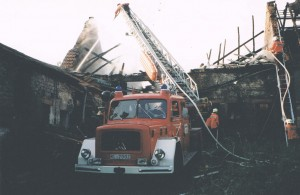 Die Drehleiter im Einsatz. Das Bild wurde am 4. Juni 1997 auf dem Münchschwanderhof bei Otterberg aufgenommen. Damals brannte die Scheune eines ehemals landwirtschaftlichen Anwesens.