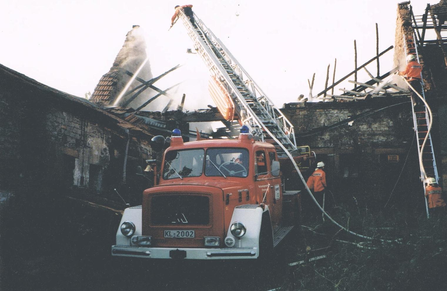 Die Drehleiter im Einsatz. Das Bild wurde am 4. Juni 1997 auf dem Münchschwanderhof bei Otterberg aufgenommen. Damals brannte die Scheune eines ehemals landwirtschaftlichen Anwesens. Bild: Feuerwehr Otterberg