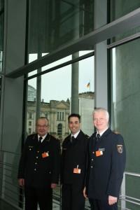 Dr. Jörg Schmidt (Mitte, Feuerwehr Köln), DFV-Vizepräsident Ludwig Geiger (links) und Thomas Lembeck (Feuerwehr Essen) vertraten die deutschen Feuerwehren bei der Expertenanhörung zum Gesetz zum Notfallsanitäter im Gesundheitsausschuss des Deutschen Bundestages. (Foto: Carsten-Michael Pix)