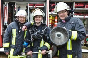 Fertig zum Einsatz: Gemeinsam mit DFV-Vizepräsident Ludwig Geiger (links) und BBK-Präsident Christoph Unger (rechts) konnten sich die Schüler als Feuerwehrleute ausrüsten. (Foto: A. Dollmeyer / DFV)