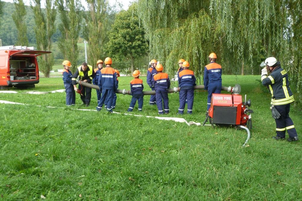 Die Jugendliche lassen die fertige Saugleitung zu Wasser. Bild: Feuerwehr