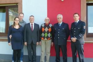 Matthias Thines mit seiner Ehefrau Tanja Thines-Steinel, Bürgermeister Martin Müller, Karl Albert Thines, Wehrleiter Udo Krauß und Wehrführer Hendrik Braun