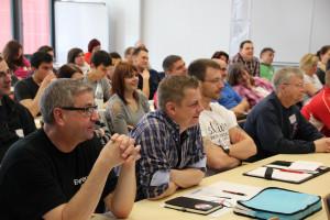 Willi Donath (links), Vorsitzender des Fachausschusses Integration, und Christian Patzelt (mitte), stellvertretender Bundesjugendleiter, verfolgen interessiert einen Projektvortrag. Foto: Henrik Strate / DJF