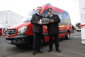 Hans-Joachim Bayer, Direktor Behörden- und Sonderfahrzeuge im Mercedes-Benz Vertrieb Deutschland (links), übergibt den symbolischen Zündschlüssel an DFV-Präsident Hans-Peter Kröger (Foto: S. Darmstädter)