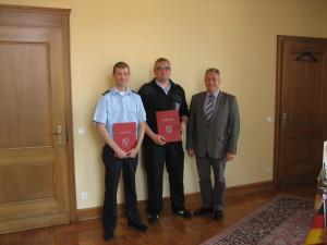 Thorsten Schäpan, Dirk Bereswill und Bürgermeister Martin Müller. Bild: Feuerwehr