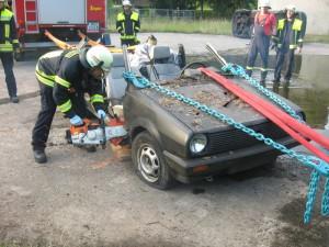 Der Schweller des Fahrzeugs Nr. 1 wird mit dem Trennschleifer eingeschnitten.