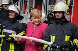 Bundeskanzlerin Angela Merkel lobte in einem Gespräch mit Freiwilligen Feuerwehrangehörigen in Bonn die Wichtigkeit des Ehrenamtes im Katastrophenschutz. (Foto: Friedrich Kulke/DFV)