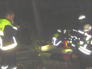 Die Feuerwehrangehörigen bereiten die Rettung vor.
