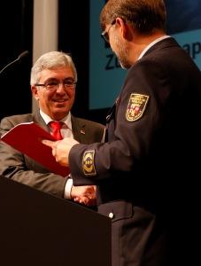 LFV-Präsident Frank Hachemer (rechts) übergibt Innenminister Roger Lewentz das Zukunftspapier. Bild: LFV / Eckhard Schwabe