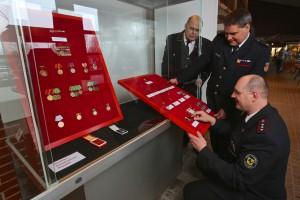 Auszeichnungsexperten Frank Wörner (vorne) und Bernd Klaedtke (rechts) mit Museumsleiter Rolf Schramberger bei der Vorbereitung. Foto: Rico Thumser / DFV