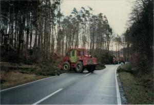 Orkan Hertha: Am 3. Februar 1990 war die Landesstraße zwischen Otterberg und Höringen blockiert. Mit Hilfe von Forstschleppern wird die Strecke freigeräumt.