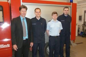 Bürgermeister Harald Westrich mit den Betreuern Kevin Graafland, Marcel Erdmann und Marco Raßbach.
