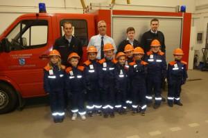 Betreuer Kevin Graafland, Wehrführer Uwe Schellhaas, Betreuer Marcel Erdmann und Marco Raßbach sowie neun Kinder der Bambini-Feuerwehr Mehlbach.