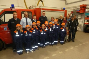 Betreuer Kevin Graafland, Wehrführer Uwe Schellhaas, Betreuer Marcel Erdmann und Marco Raßbach sowie neun Kinder der Bambini-Feuerwehr Mehlbach mit ihren Eltern.