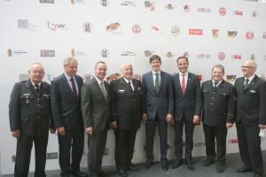 Interschutz 2015 - Gruppenbild mit Parl. Staatssekretär Dr. Ole Schröder. Foto: Jörg Grabandt / DFV