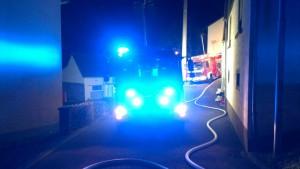 Hilfeleistungslöschgruppenfahrzeug (HLF) aus Otterberg mit eingeschaltetem Blaulicht und das Tanklöschfahrzeug aus Niederkirchen (TLF).