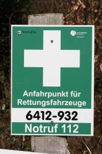 Solche Schilder (weißes Kreuz auf grünem Grund) markieren die Rettungspunkte. Der Rettungspunkt 6412-932 liegt an der L387 zwischen Otterberg und Höringen (Einfahrt Betonstraße).