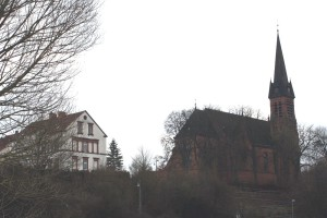 Die katholische Pfarrkirche Mariä Himmelfahrt, eine neugotische Pseudobasilika, wurde von 1887 bis 1889 erbaut.