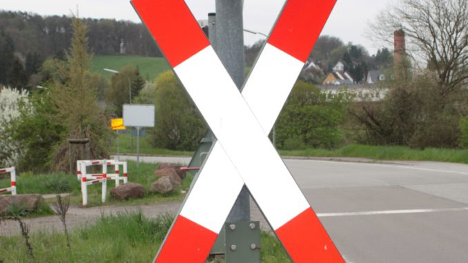Symbolbild NEU Andreaskreuz Bahn
