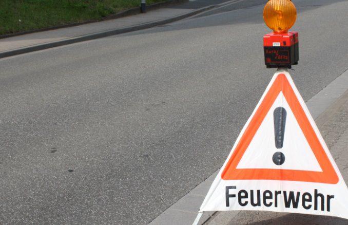 Symbolbild NEU Feuerwehr Warnschild Hinweis