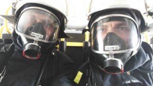 Zwei mit Atemschutz ausgerüstete Feuerwehrangehörige aus Otterbach vor ihrem Übungseinsatz.