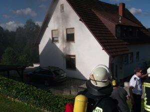 Gebäude während der Brandbekämpfung.