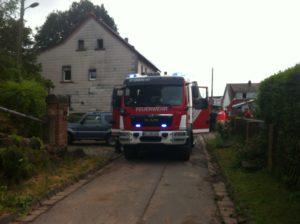 Hilfeleistungslöschfahrzeug (HLF) während des Brandeinsatzes.
