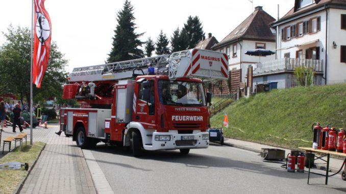Drehleiter rückt während des Feuerwehrfests aus.