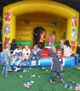 Kinder auf der Hüpfburg