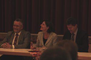 Während der Unterzeichnung der Kooperationsvereinbarung. Hauptamtlicher Beigeordneter Martin Müller, Ministerpräsidentin Malu Dreyer und Bürgermeister Harald Westrich.