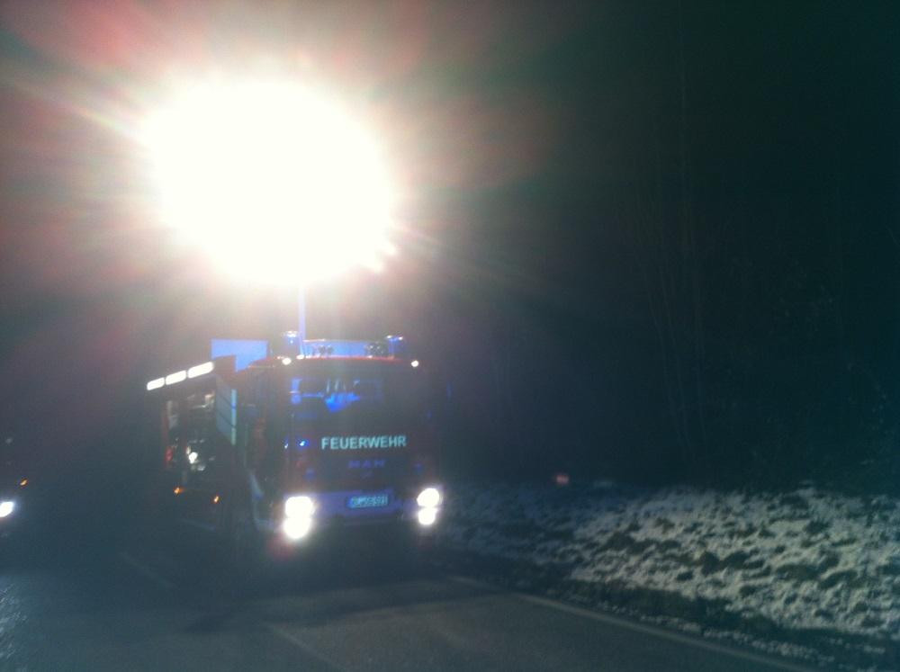 Der Rüstwagen (RW) leuchtet die Einsatzstelle aus.
