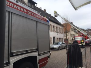 Mithilfe der Drehleiter beseitigen die Einsatzkräfte die Gefahrenstelle in der Kirchstraße in Otterberg.