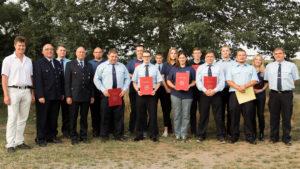 Gruppenbild mit den geehrten, ver- und entpflichteten Feuerwehrangehörigen.