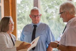 Gudrun Heß-Schmidt, Ralf Horlemann und Hans Weber während der Auszeichnung.