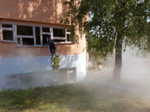Mit einer Feuerwehrleine gesichert wird ein Schüler aus dem Schulsaal geholt.