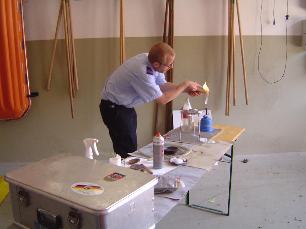 Dominik Tröster führt Experimente durch.