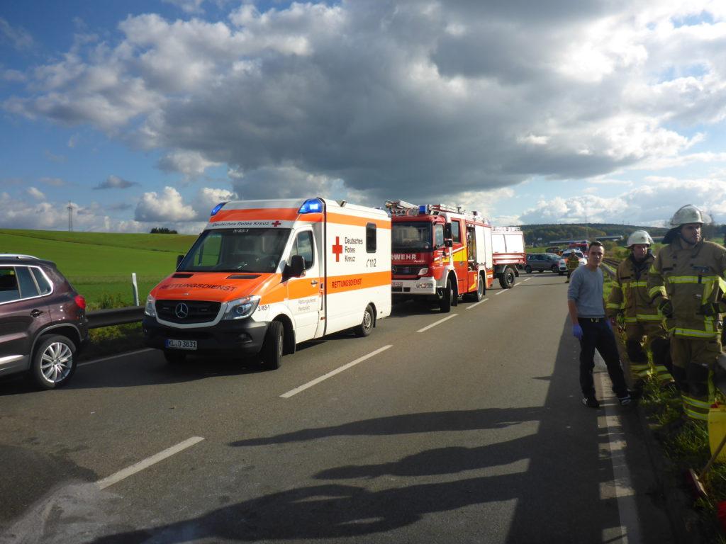 Fahrzeuge von Rettungsdienst und Feuerwehr.