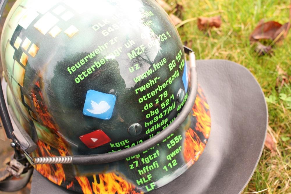10 Jahre online - ein lackierter Helm war das Geschenk der Mannschaft für den Webmaister.