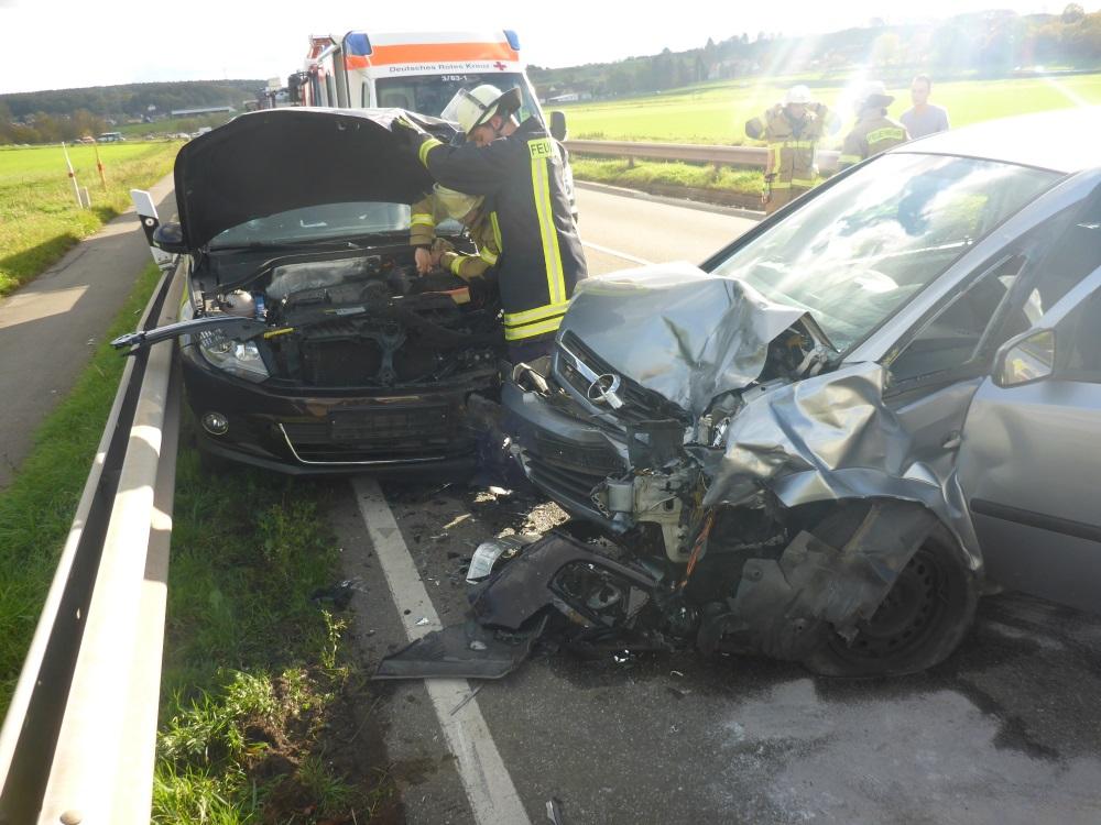 27. Oktober 2017 - Verkehrsunfall, B270 Katzweiler - Sambach; Einsatzkräfte klemmen die Fahrzeugbatterie ab.