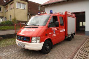 Tragkraftspritzenfahrzeug Schallodenbach vor dem Feuerwehrhaus.