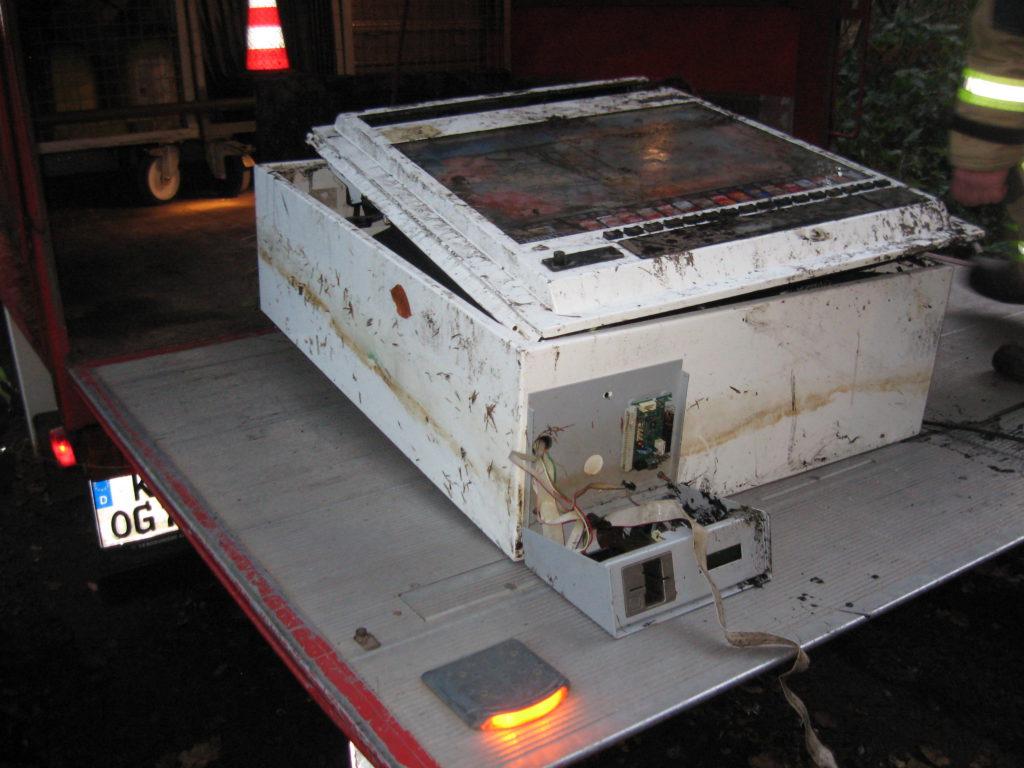Amtshilfe Polizei: Der geborgene Zigarettenautomat vor dem Abtransport.