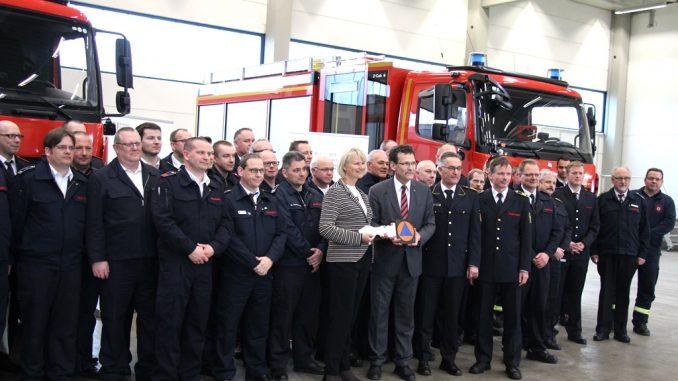 BBK-Präsident Christoph Unger übergibt den symbolischen Schlüssel an Cornelia de la Chevallerie und den Vertreterinnen und Vertretern der nordrhein-westfälischen Feuerwehren. Quelle: BBK